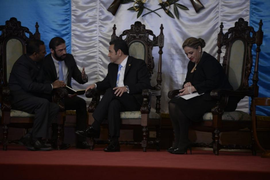 El embajador de la India, Bawa Syed Mubarak, se apoya de un traductor para conversar como Jimmy Morales. (Foto: Wilder López/Soy502)