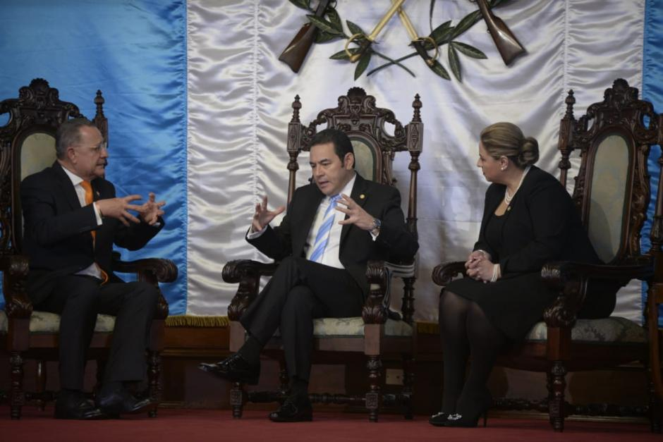 El embajador de Francia en Guatemala, Jean-Francois Charpen, presenta sus credenciales ante Jimmy Morales. (Foto: Wilder López/Soy502)