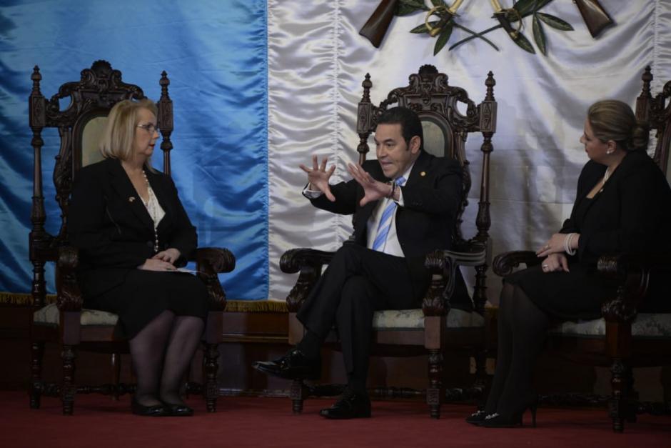 Jimmy Morales conversa con la embajadora de Canadá, Rita Marija Rudaitis. (Foto: Wilder López/Soy502)