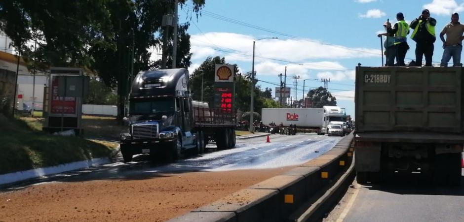 El derrame del ácido paralizó la ruta al Pacífico en ambas vías durante varias horas. (Foto: Conred)