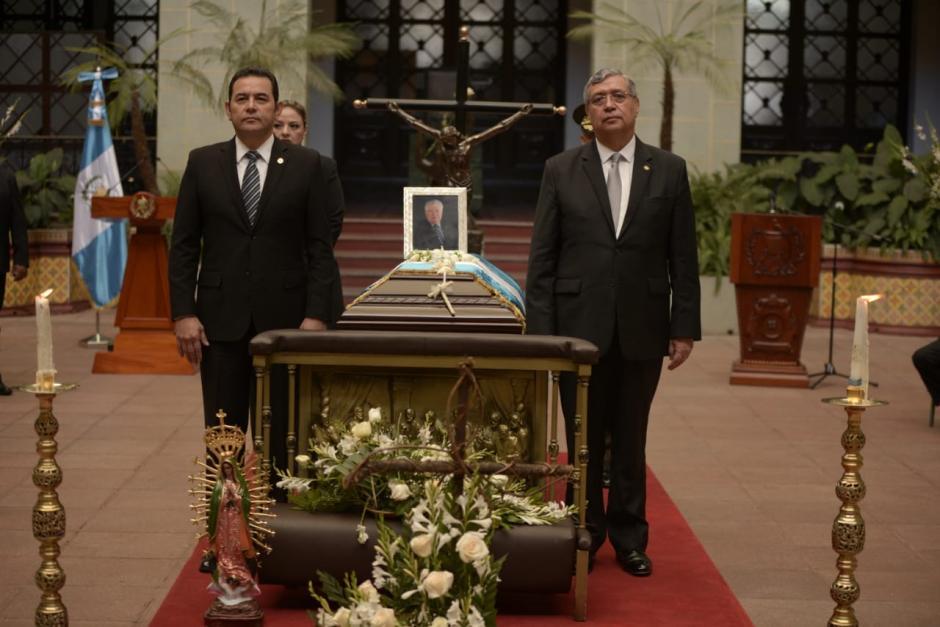 El presidente Jimmy Morales y el vicepresidente Jafeth Cabrera rinden honras fúnebres al ex vicemandatario Juan Francisco Reyes López. (Foto: Wilder López/Soy502)
