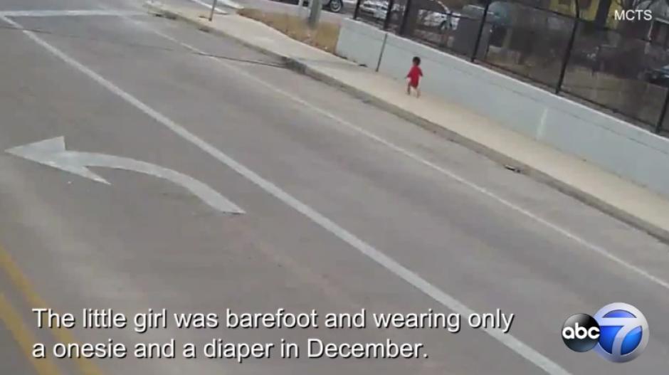 Conductora rescata a bebé que vagaba por las frías calles de EU