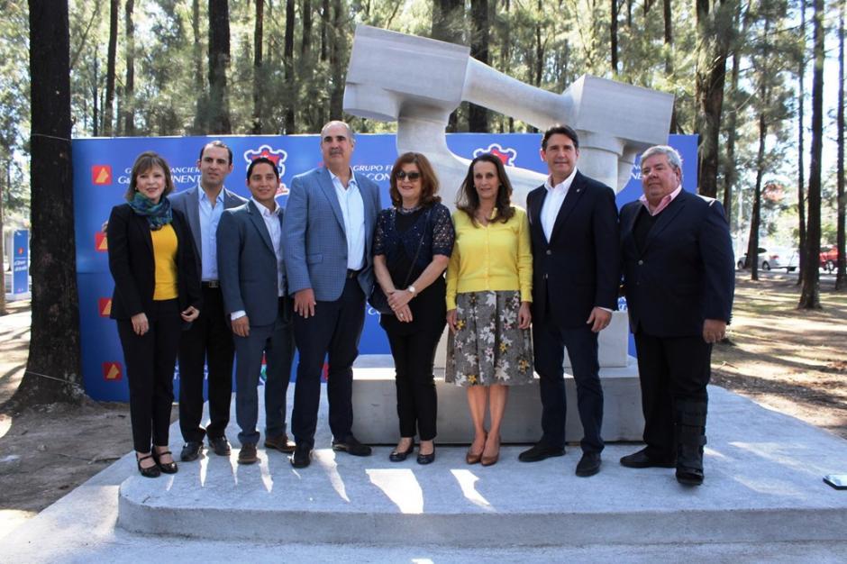 Representantes de Grupo Financiero GyT Continental y reconocidos artistas inauguraron el nuevo espacio. (Foto: cortesía DobleVía)