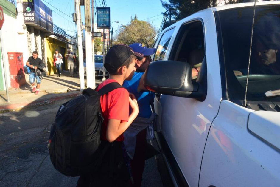 Algunas personas les brindan ayuda económica o comida para continuar. (Foto: Jesús Alfonso/Soy502)