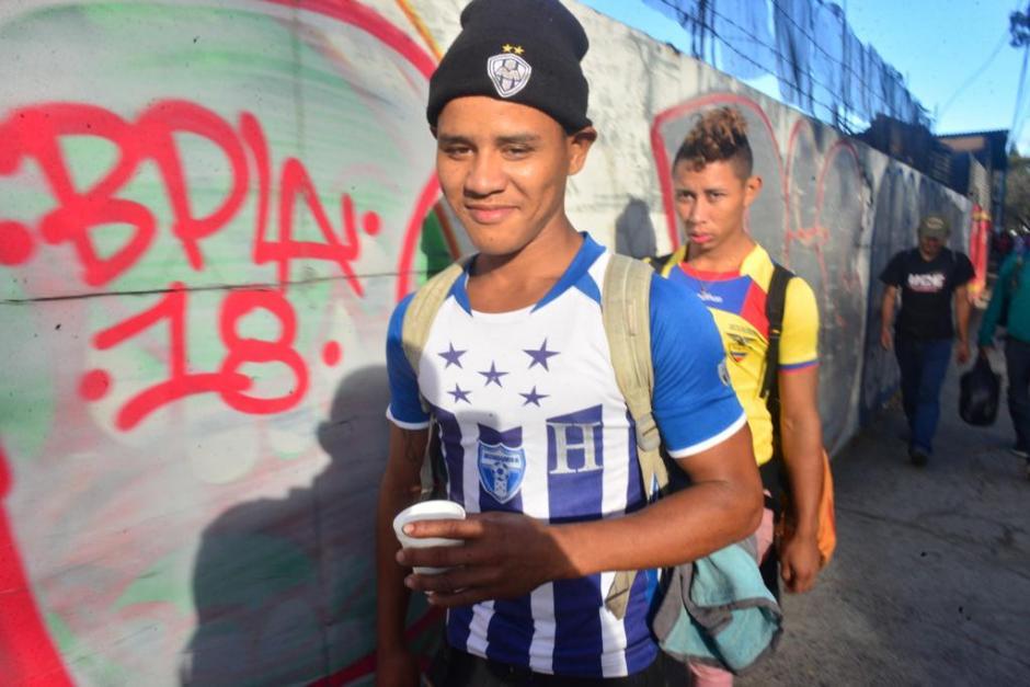 El cansancio no impide que los hondureños sigan su camino. (Foto: Jesús Alfonso/Soy502)