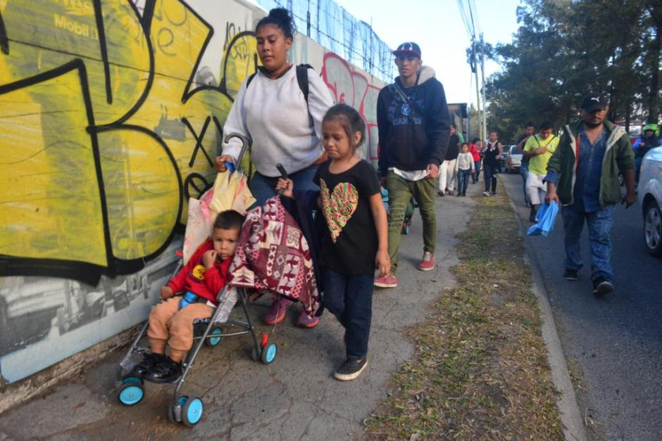 Cientos de personas avanzan por el Anillo Periférico. (Foto: Jesús Alfonso/Soy502)
