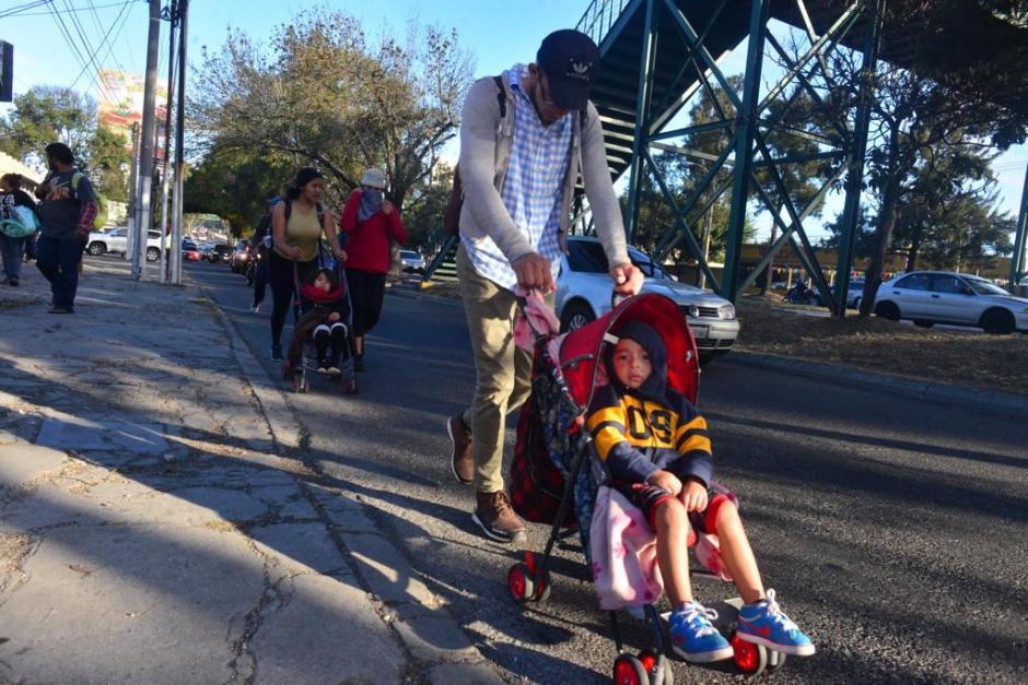 Algunos corren la suerte de venir con carruajes para no cargar a sus menores. (Foto: Jesús Alfonso/Soy502)