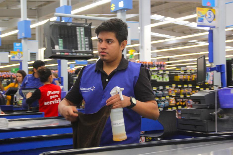 Antes de abrir su caja, Carlos deja impecable su lugar de trabajo. (Foto: Fredy Hernández/Soy502)