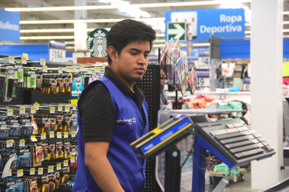 Ordena algunos artículos para que los consumidores puedan adquirir algo de última hora. (Foto: Fredy Hernández/Soy502)