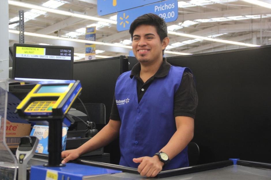 Carlos recibe a sus clientes con una gran sonrisa. (Foto: Fredy Hernández/Soy502)