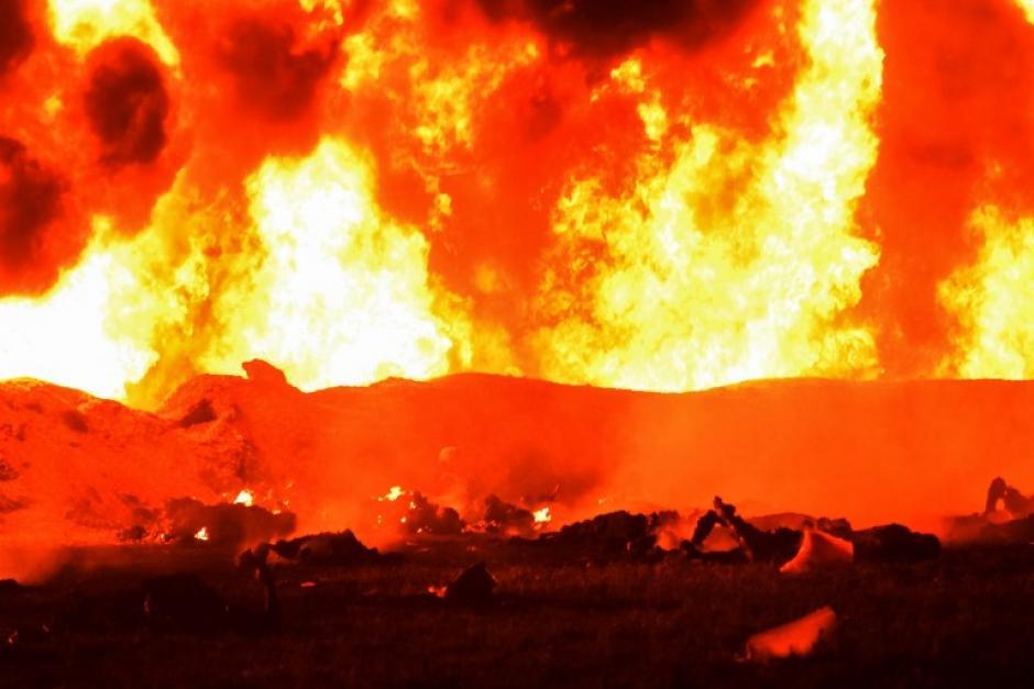 Durante la tarde del viernes, los huachicoleros (ladrones de gasolina) provocaron una fuga en un ducto de combustible. (Foto: AFP)
