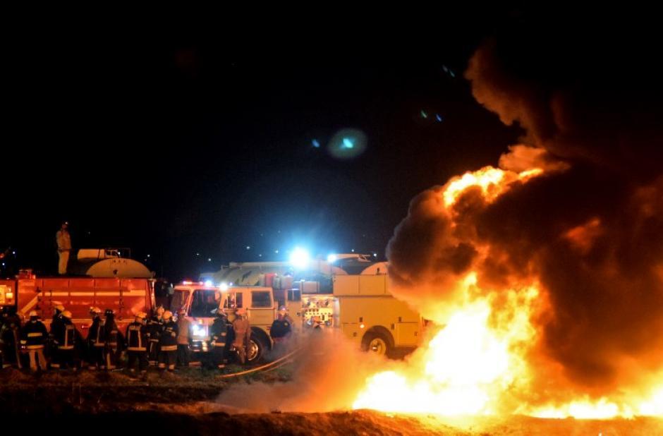 La fuga era tan grande que cientos de personas se acercaron para llevarse el combustible debido a la escasez. (Foto: AFP)