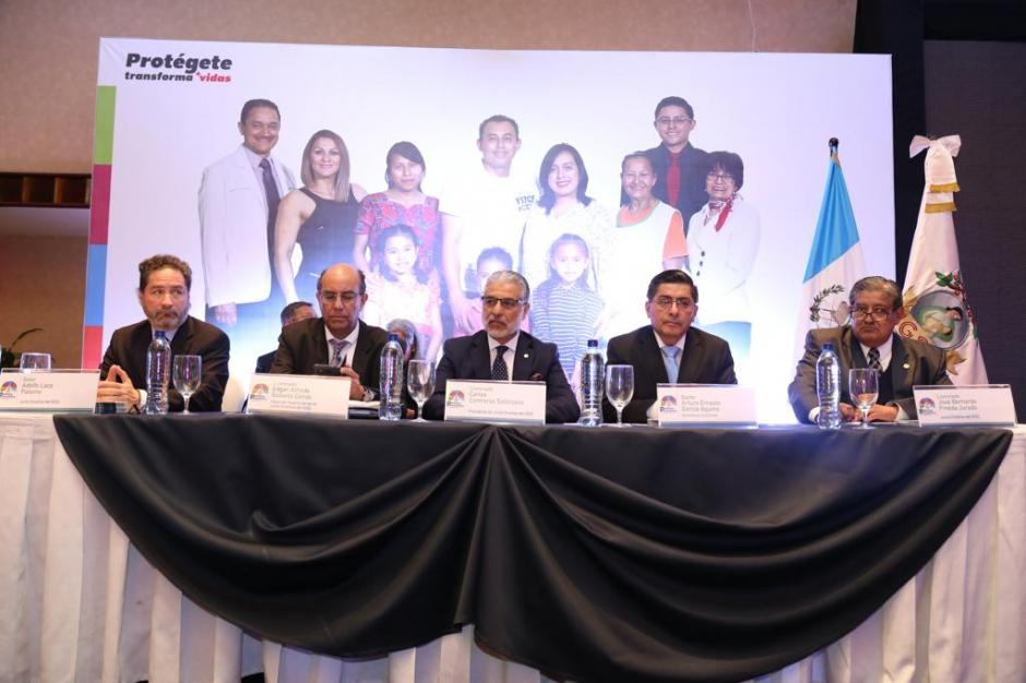Miembros de la Junta Directiva del IGSS explicaron a los asistentes los ejes que abarca la política preventiva. (Foto: cortesía IGSS)