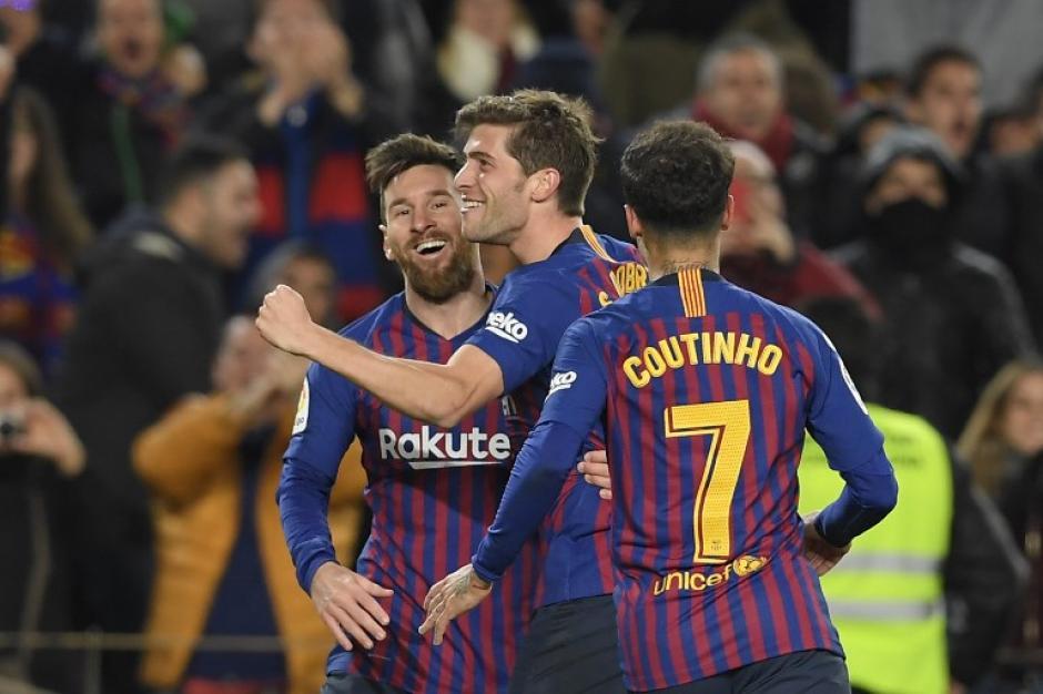Messi, Sergi Roberto y Coutinho festejan la clasificación. (Foto: AFP)