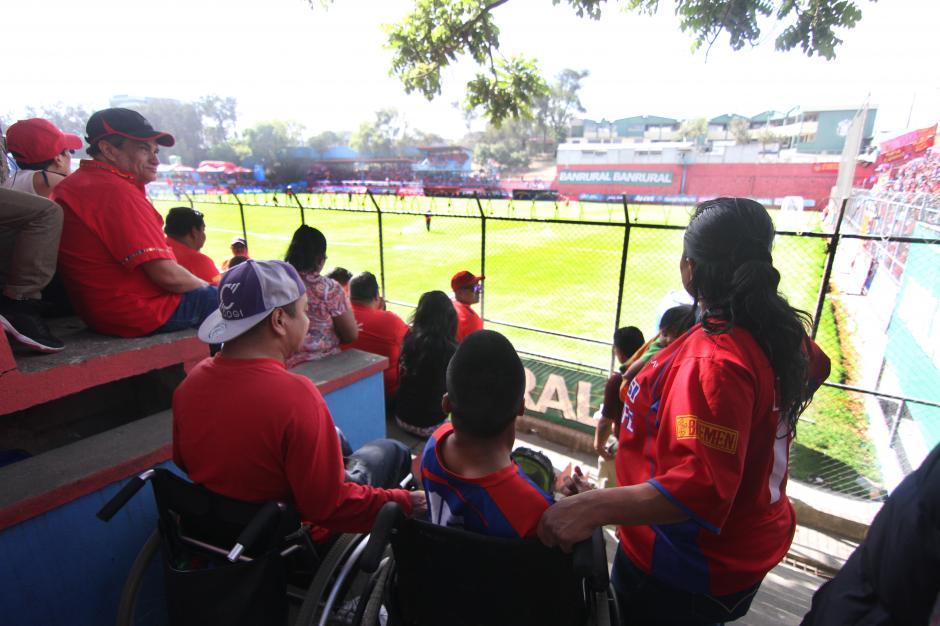 Desde la preferencia Yairo y Willy vivieron el triunfo de Municipal (Foto: Luis Barrios/Soy502)