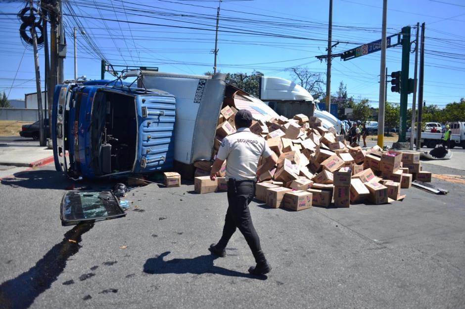 El material que transportaba el camión quedó regado en la ruta. (Foto: Jesús Alfonso/Soy502)