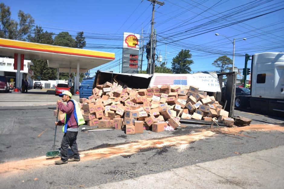 Varias personas pasan por el lugar y no recogen las cajas. (Foto: Jesús Alfonso/Soy502)