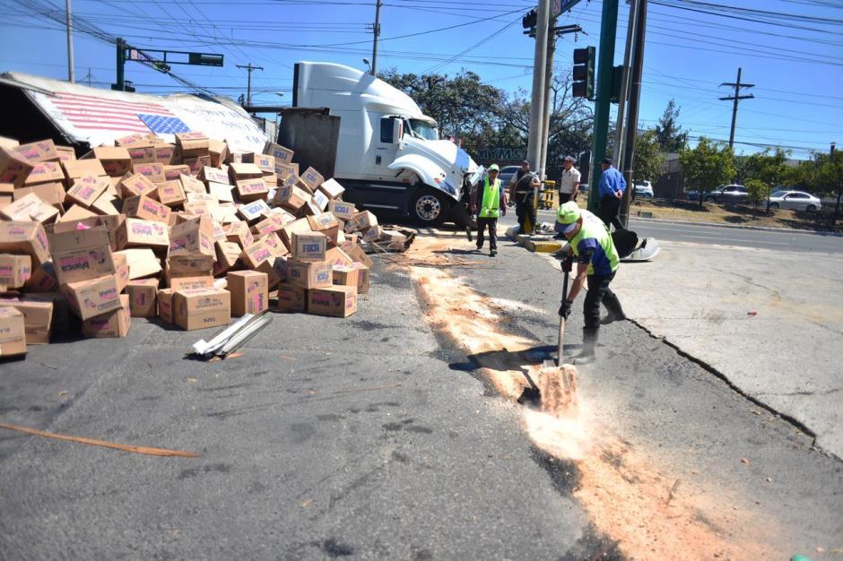 Empleados municipales limpien el área. (Foto: Jesús Alfonso/Soy502)