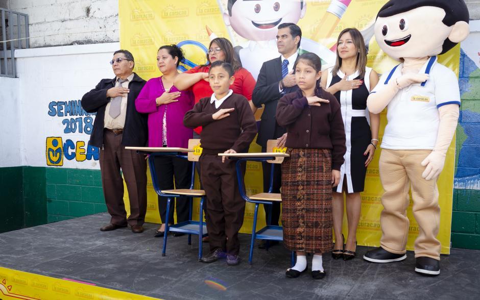 Representantes de La Curacao, junto con miembros de la Escuela Miguel Vásquez, mostraron los nuevos pupitres. (Foto: George Rojas/Soy502)