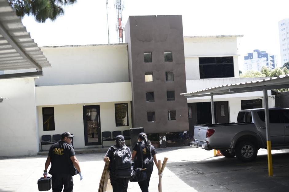 Los investigadores llegaron a media mañana al edificio. (Foto: Wilder López/Soy502)