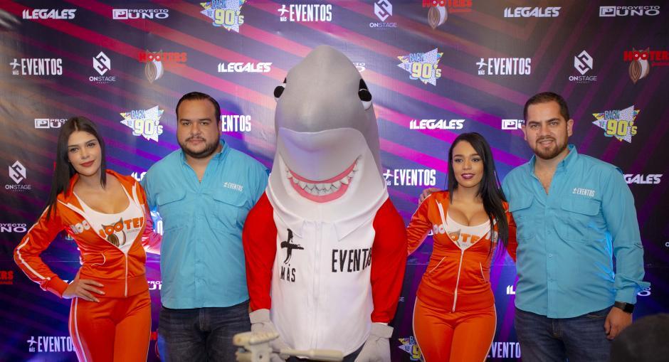 El Tiburón no podía faltar en la conferencia de prensa para anunciar a Proyecto Uno e Ilegales en Guatemala. (Foto: George Rojas/Soy502)