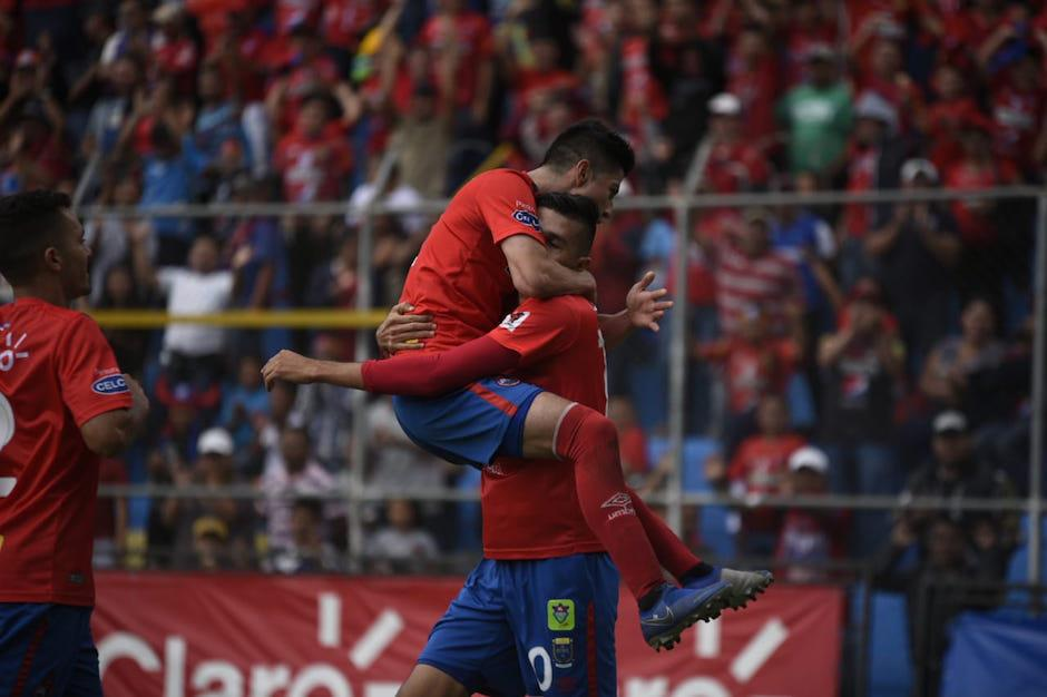 Los Rojos celebraron cada anotación. (Foto: Wilder López/Soy502)