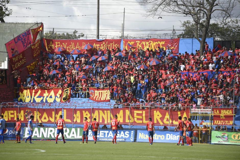 La afición roja apoyó desde los graderíos del estadio El Trébol.