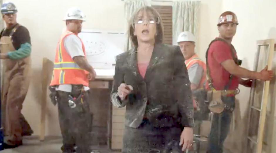 Gobernadora Michelle Lujan se graba rompiendo un muro de concreto en protesta contra las medidas migratorias de Donald Trump. (Foto: RT)