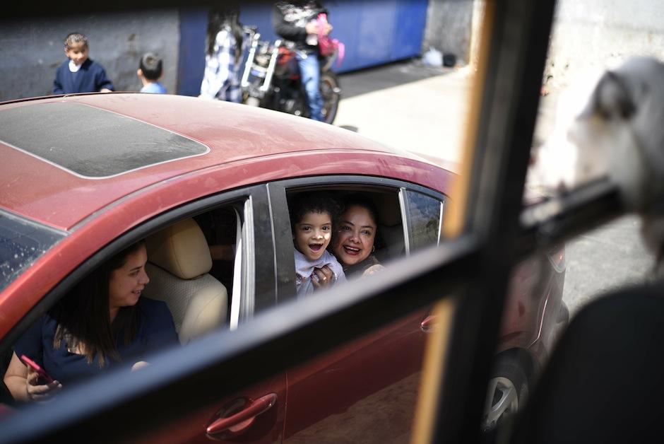 Familas enteras se admiran de los pasajeros del bus. (Foto: Wilder López/Soy502)