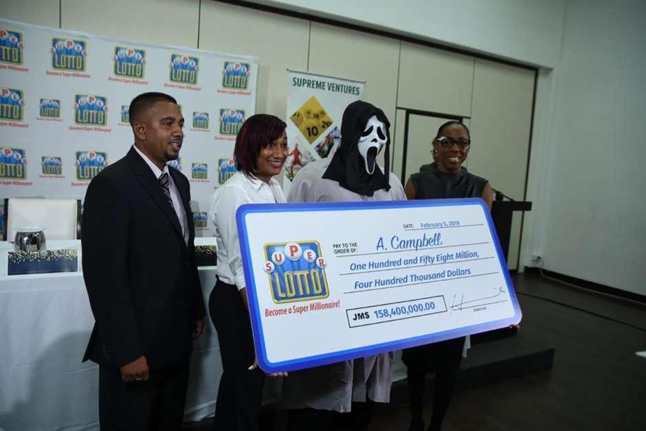 Ganó la lotería y fue por su premio con máscara de Scream