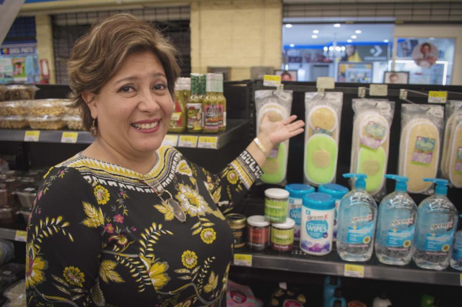 Una de las empresarias muestra con orgullo sus productos que se distribuyen en Walmart. (Foto: Melissa Menéndez/Soy502)