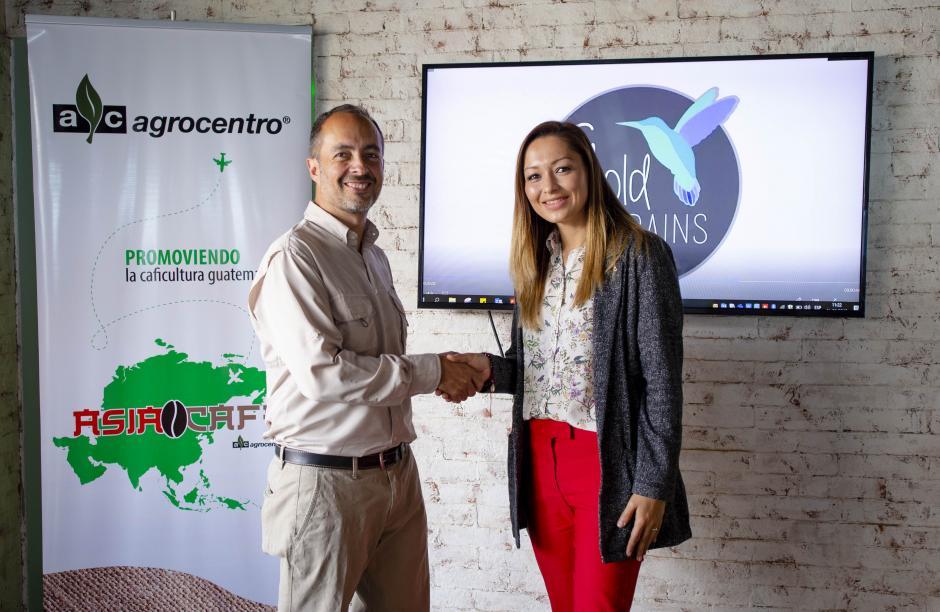 Alejando Huard junto a Celeste Fumagalli, caficultora miembro de Agrocentro. (Foto: George Rojas/Soy502)