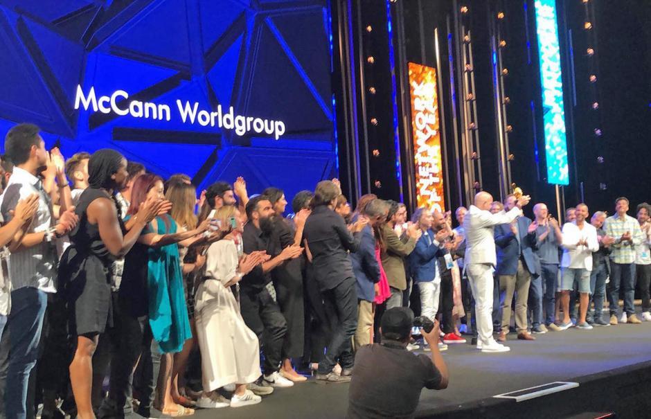 Colaboradores de McCann Worldgroup recibiendo distinción como la mejor red de agencias del año. (Foto: cortesía)