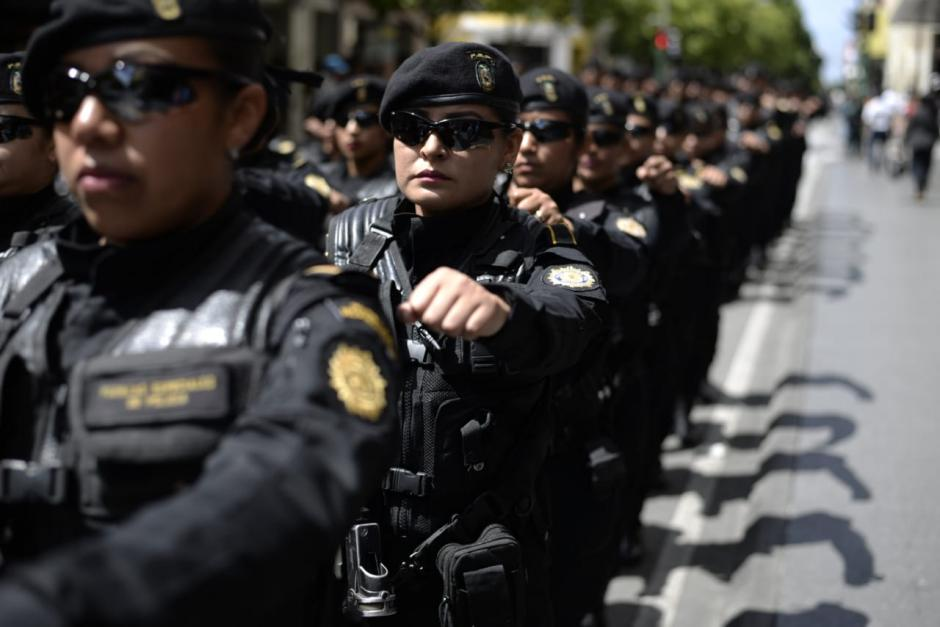 Agentes de la PNC, hombres y mujeres, celebran el aniversario de la institución. (Foto: Wilder López/Soy502)