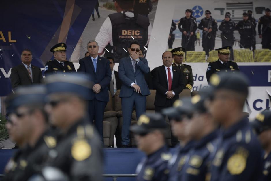 El presidente Jimmy Morales observa el desfile por el aniversario de la PNC. (Foto: Wilder López/Soy502)