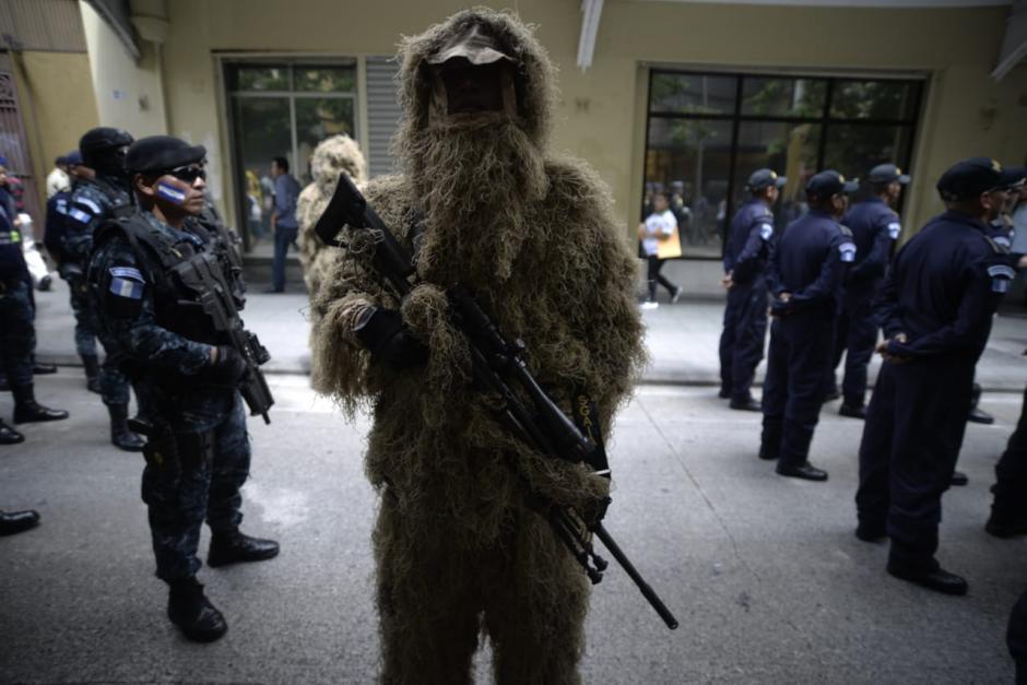 Francotirador muestran uno de los uniformes que utilizan. (Foto: Wilder López/Soy502)