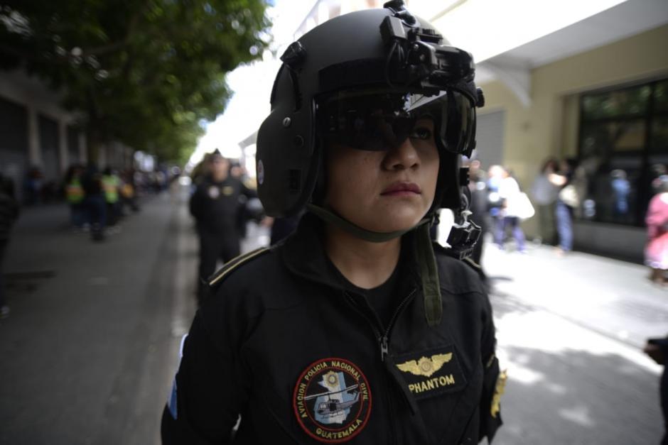 Una piloto de avión participa en el desfile de aniversario de la PNC. (Foto: Wilder López/Soy502)