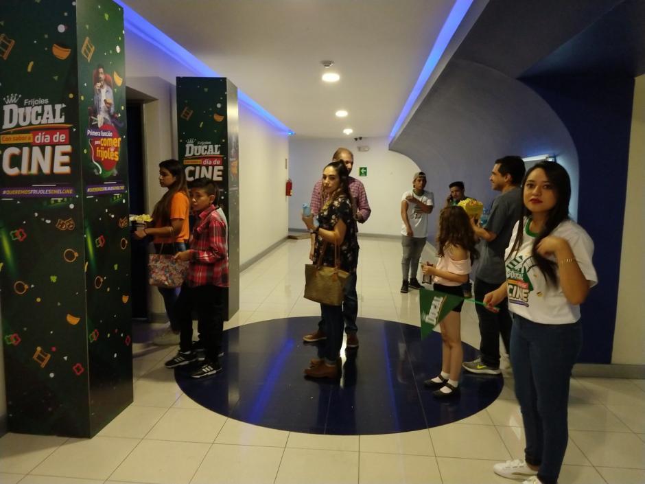 Los invitados especiales disfrutaron de una comida diferente mientras veían la película. (Foto: Magui Medina/Soy502)