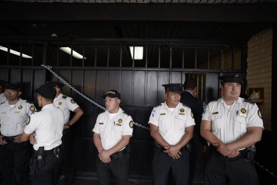 La PNC protegió los ingresos para evitar que las personas siguieran aglomerándose. (Foto: Wilder López/Soy502)