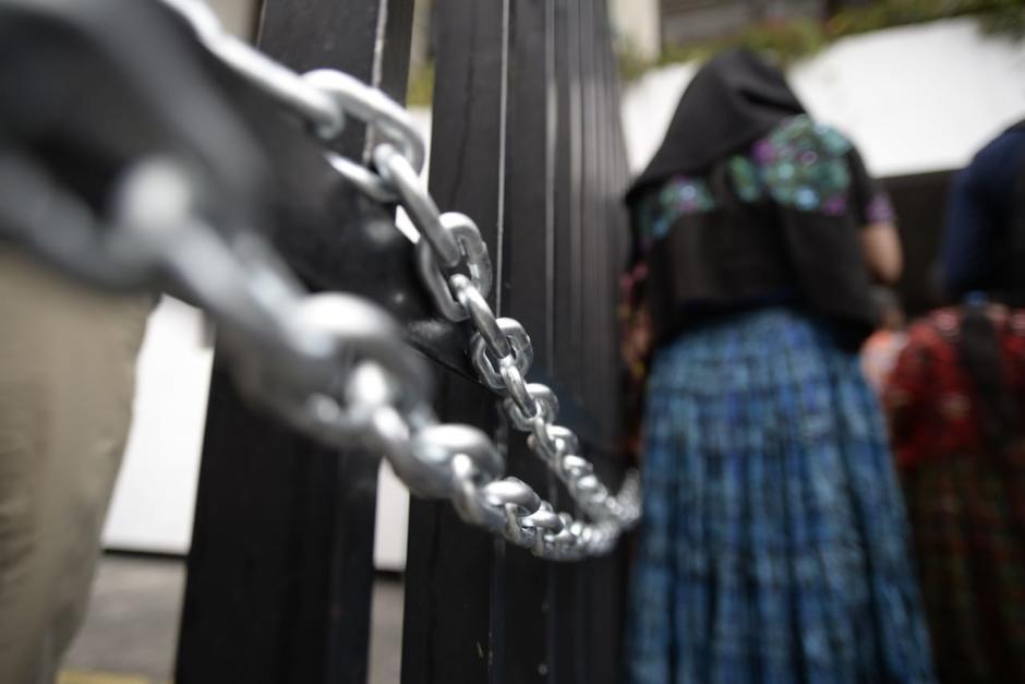 Un grupo de personas cerró los ingresos a la Torre de Tribunales y Corte Suprema de Justicia con cadenas y candados. (Foto: Wilder López/Soy502)