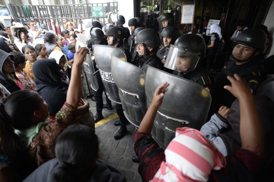 La situación se puso tensa y las autoridades retomaron el control cortando las cadenas. (Foto: Wilder López/Soy502)