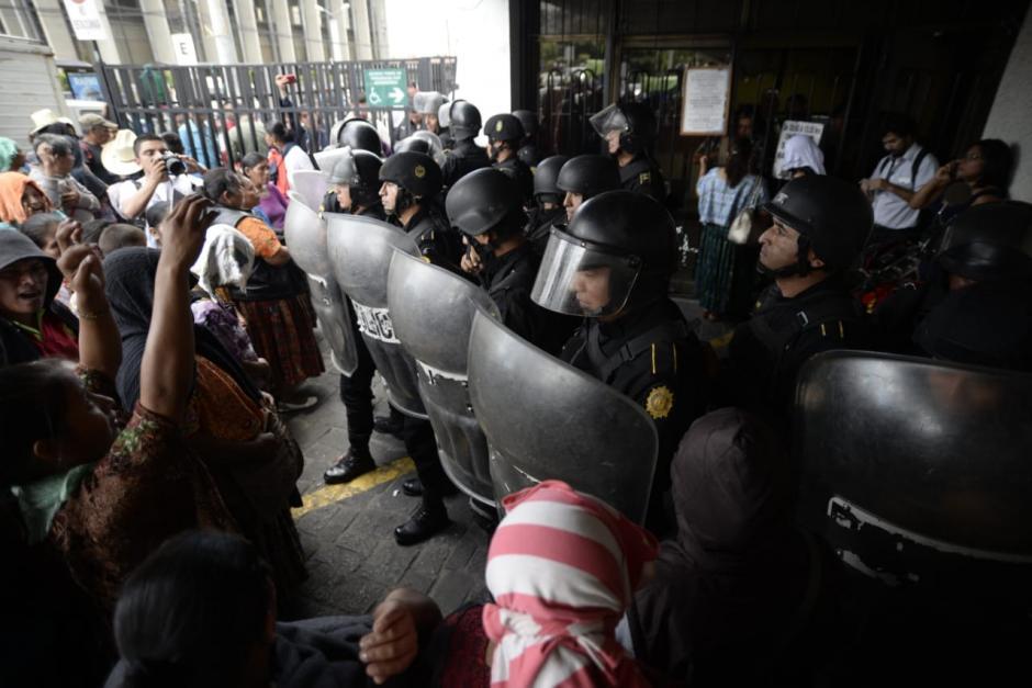 Luego de varios minutos de cierre, la PNC liberó el paso y los empleados, abogados e implicados en casos pudieron abandonar el edificio. (Foto: Wilder López/Soy502)