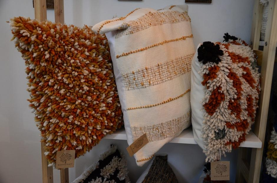 Cada uno de estos coijnes está hecho de algodón, maguey y lana que no ha tenido procesos industriales en su recolección. (Foto: Selene Mejía/Soy502)