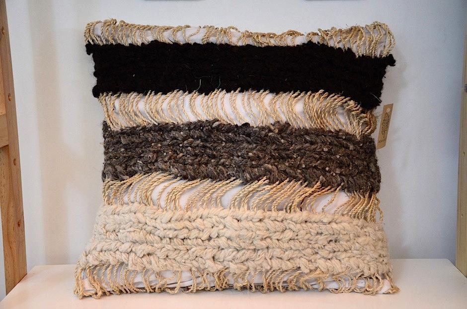 Este cojin está hecho de maguey y lana vírgen, cuyo color es el color de la oveja que la proporcionó.  (Foto: Selene Mejía/Soy502)