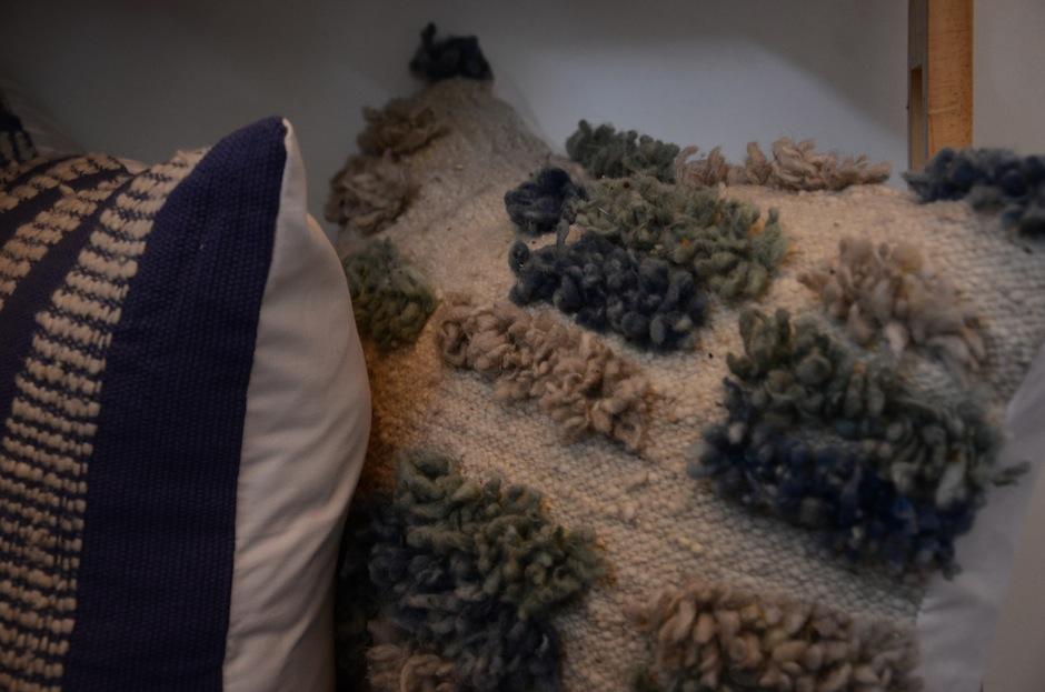 Cojines, alfombras, mantas, porta velas, porta vasos y otros brillan con escencia guatemalteca. (Foto: Selene Mejía/Soy502)