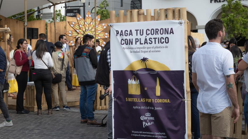 En Paseo Cayalá estatá el stan de canje: cinco envases PET por una Cerveza Corona. (Foto: George Rojas/Soy502)