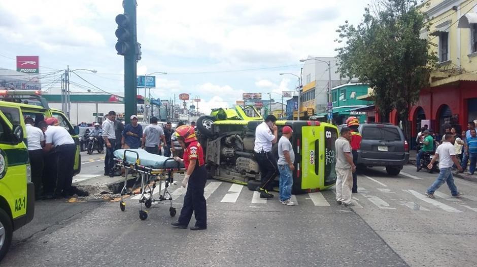 Una ambulancia de los Bomberos Municipales volcó en la Avenida Bolívar. (Foto: Captura pantalla)