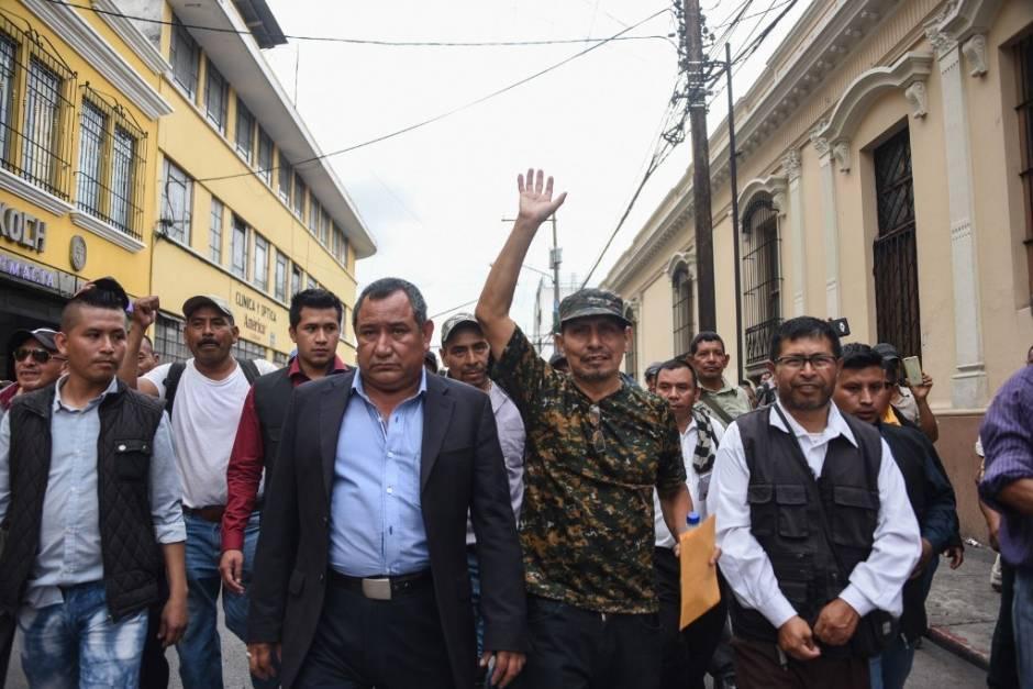 Francisco Calmo de León es quien levanta la mano en esta fotografía captada en una de las caminatas en el centro reclamando una compensación económica. (Foto: archivo/AFP)
