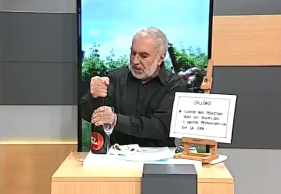 VIRAL: Vive incomodo momento al intentar abrir botella de champán en TV
