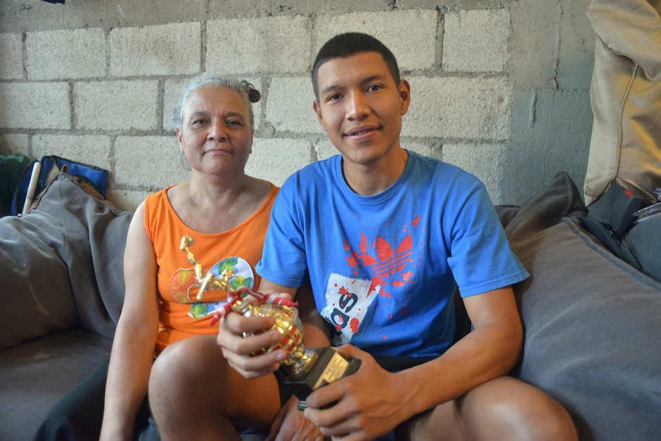 Byron Alfredo Argueta y su mamá, doña Adela Arias, en la sala de su casa. (Foto: Jesús Alfonso/Soy502)